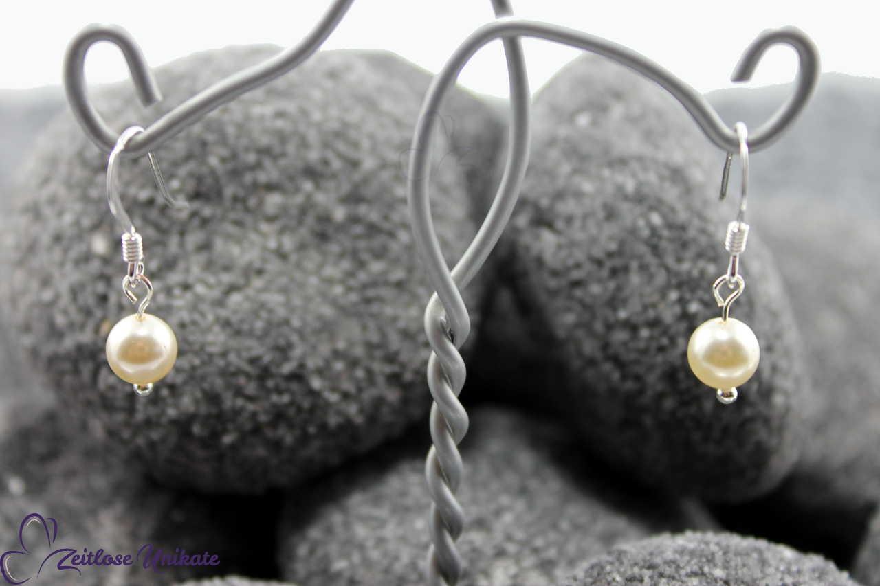 schlichte dezente Ohrringe mit nur einer Perle