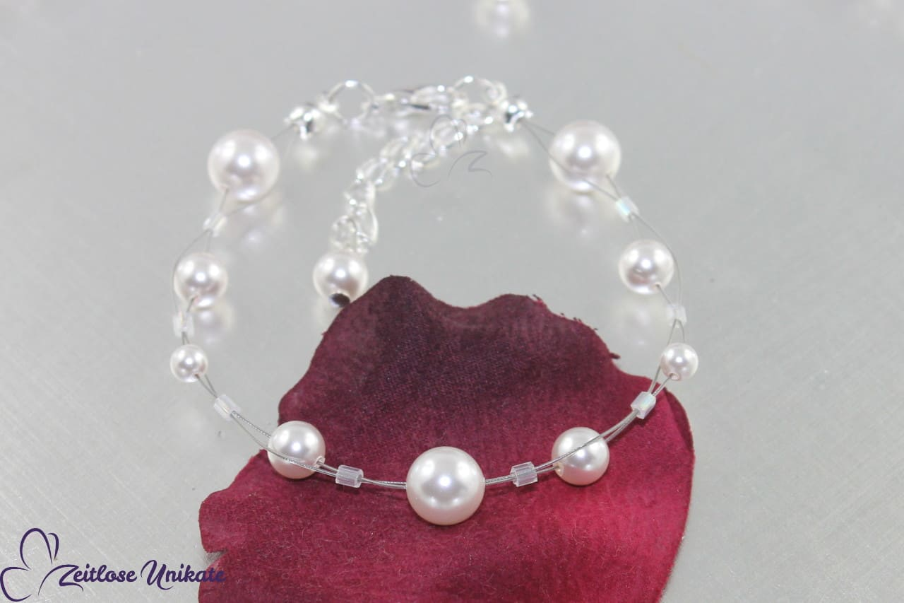 https://info.zeitlose-unikate.de/wp-content/uploads/016-brautarmband-schlicht-verspielt-elegant-perlen.jpg
