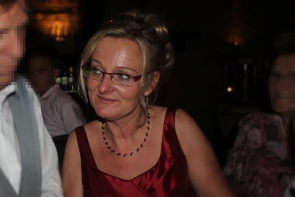 Braut Anja: Bordeauxfarbene Abendkleid - Schmuck nach Wunsch