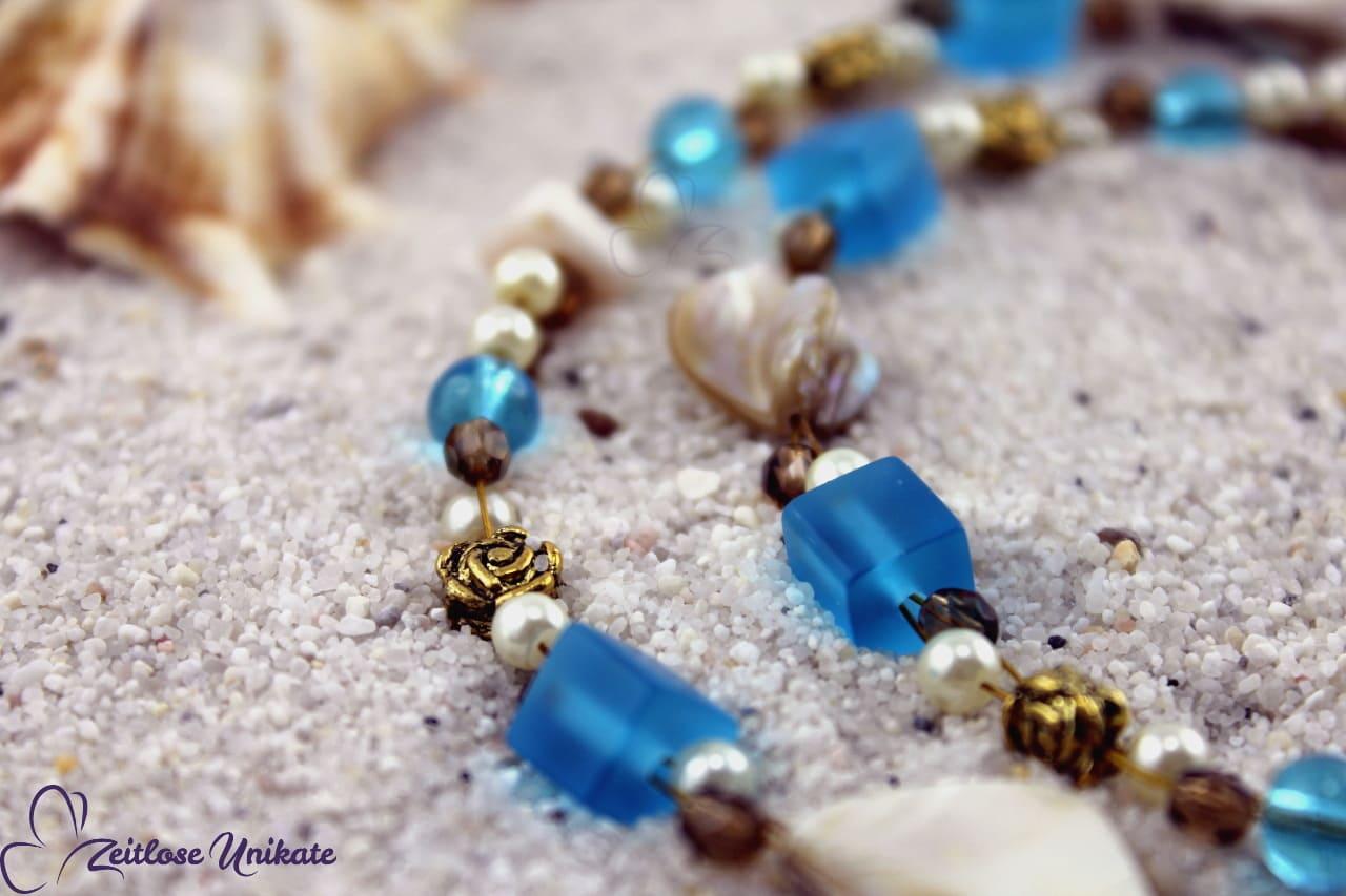 Brillenkette mit Muschelstücken braun und Glasperlen blau