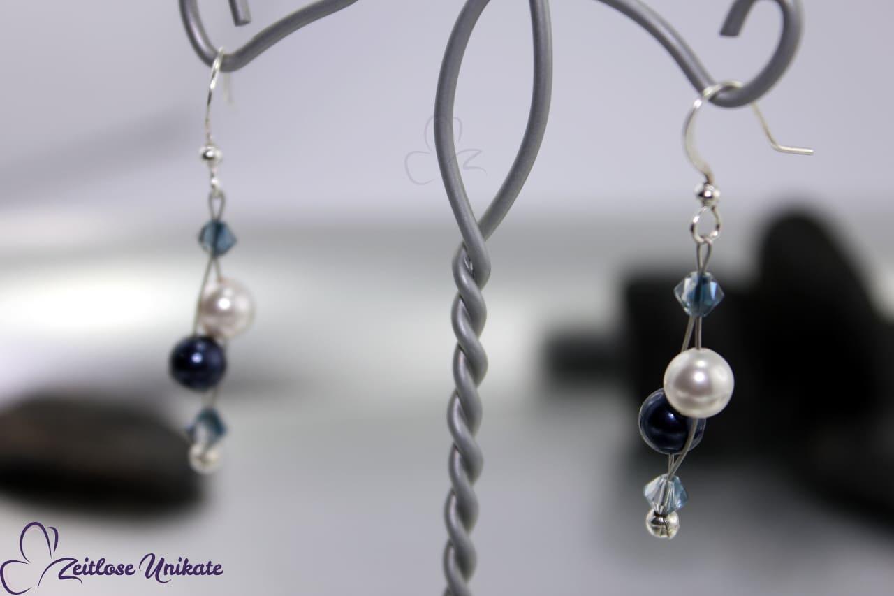 Ohrhänger in blau und weiß mit Kristallperlen