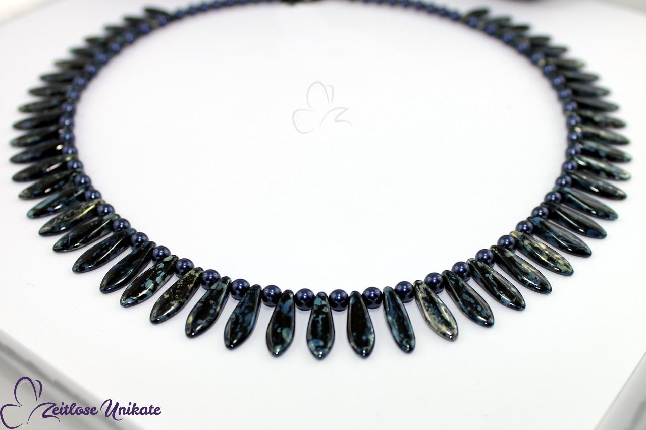 auffällige blaue Halskette mit versilberten Verschluss