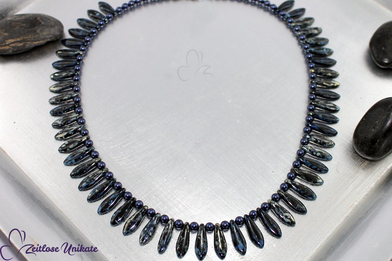 interessante Halskette in dunkelblau