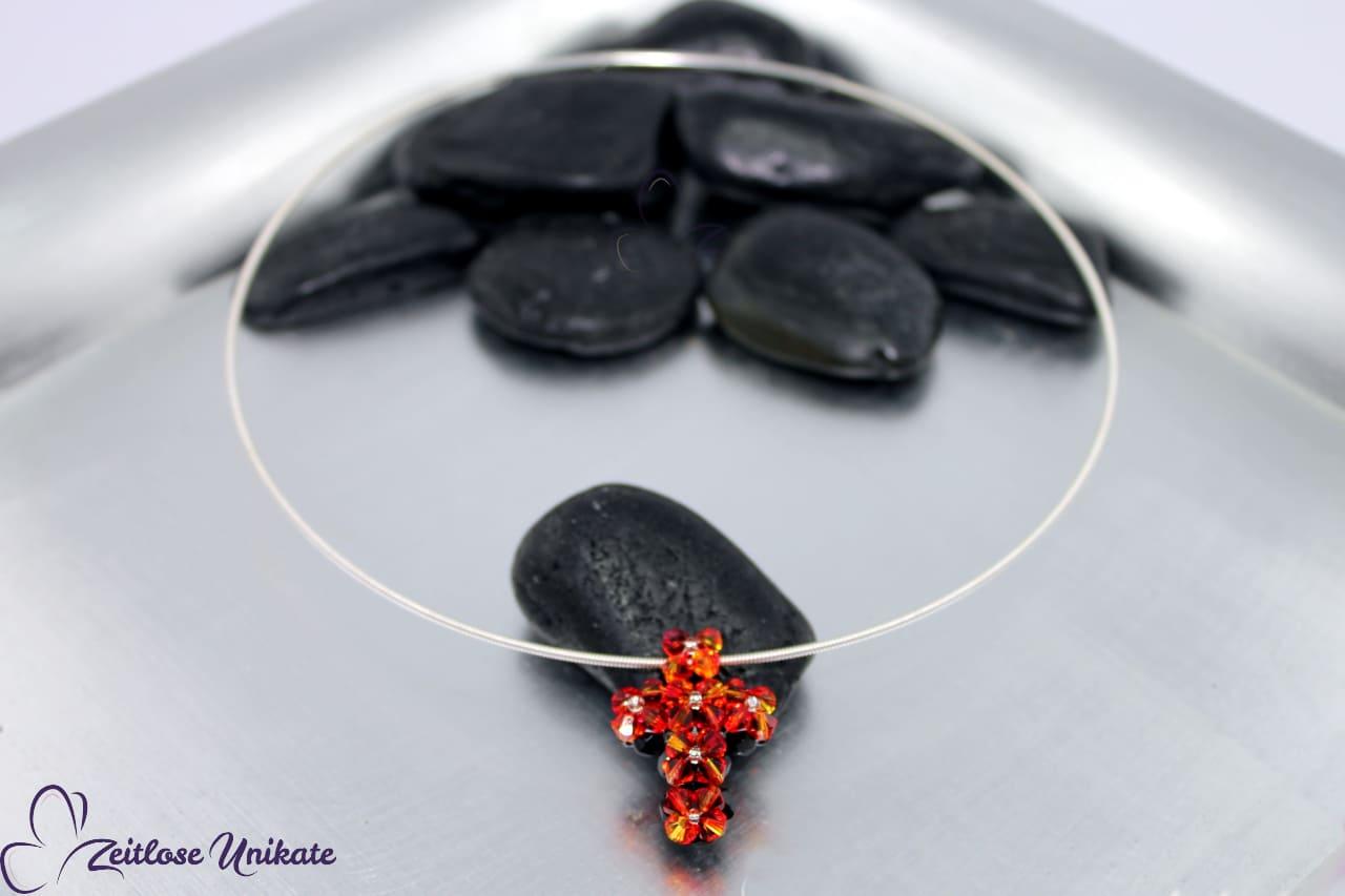 Tragebeispiel für Kreuz aus Swarovski® Xilion Beads