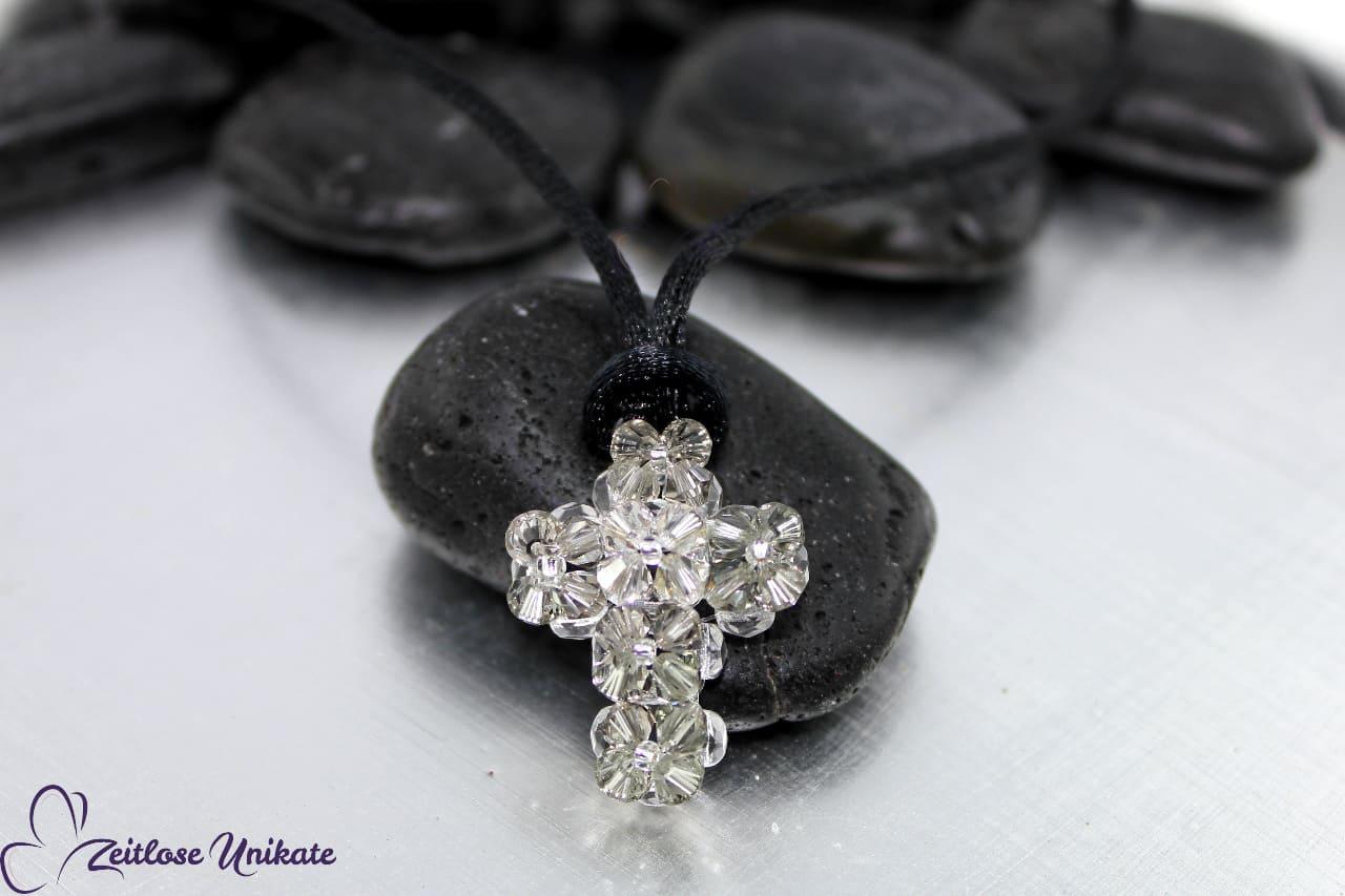 glitzerndes Kreuz aus Kristallperlen an Seidenkordel