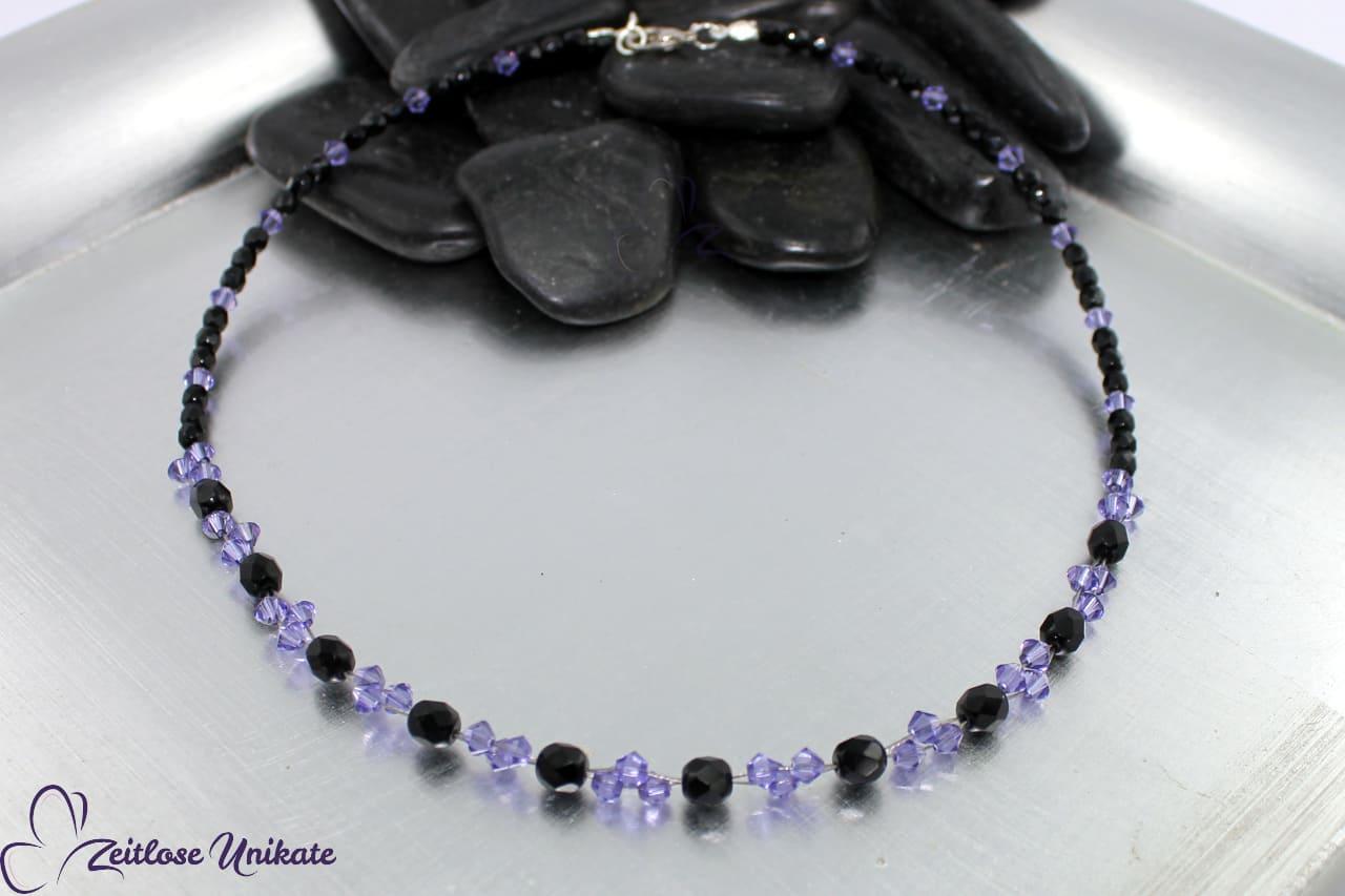 interessante elegante Halskette in dunkel lila und schwarz