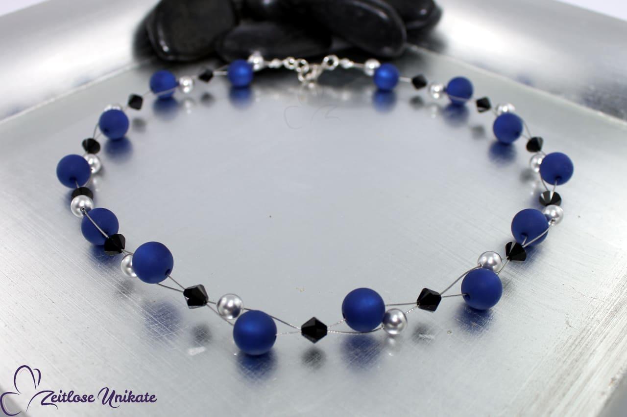 interessante Halskette in dunkelblau, hellgrau und schwarz
