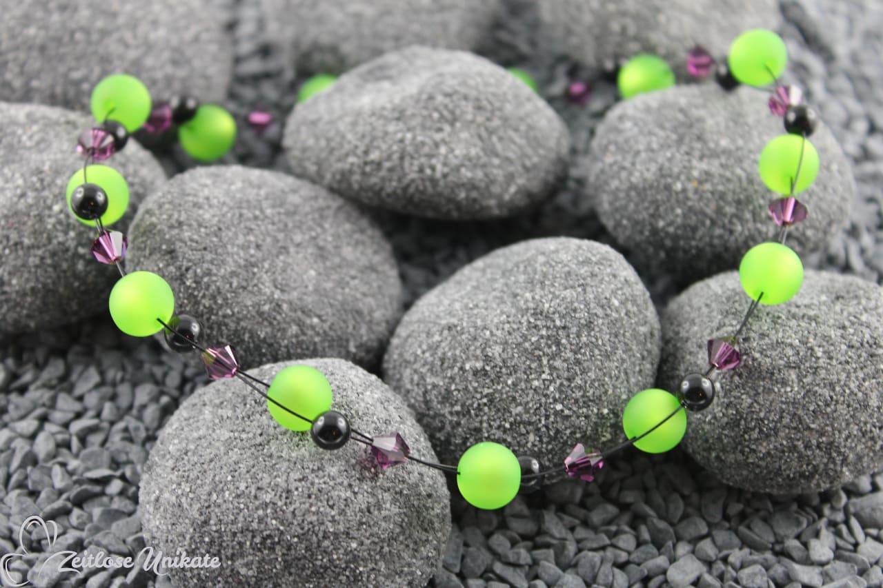 interessante Kette in grün, schwarz und amethyst lila