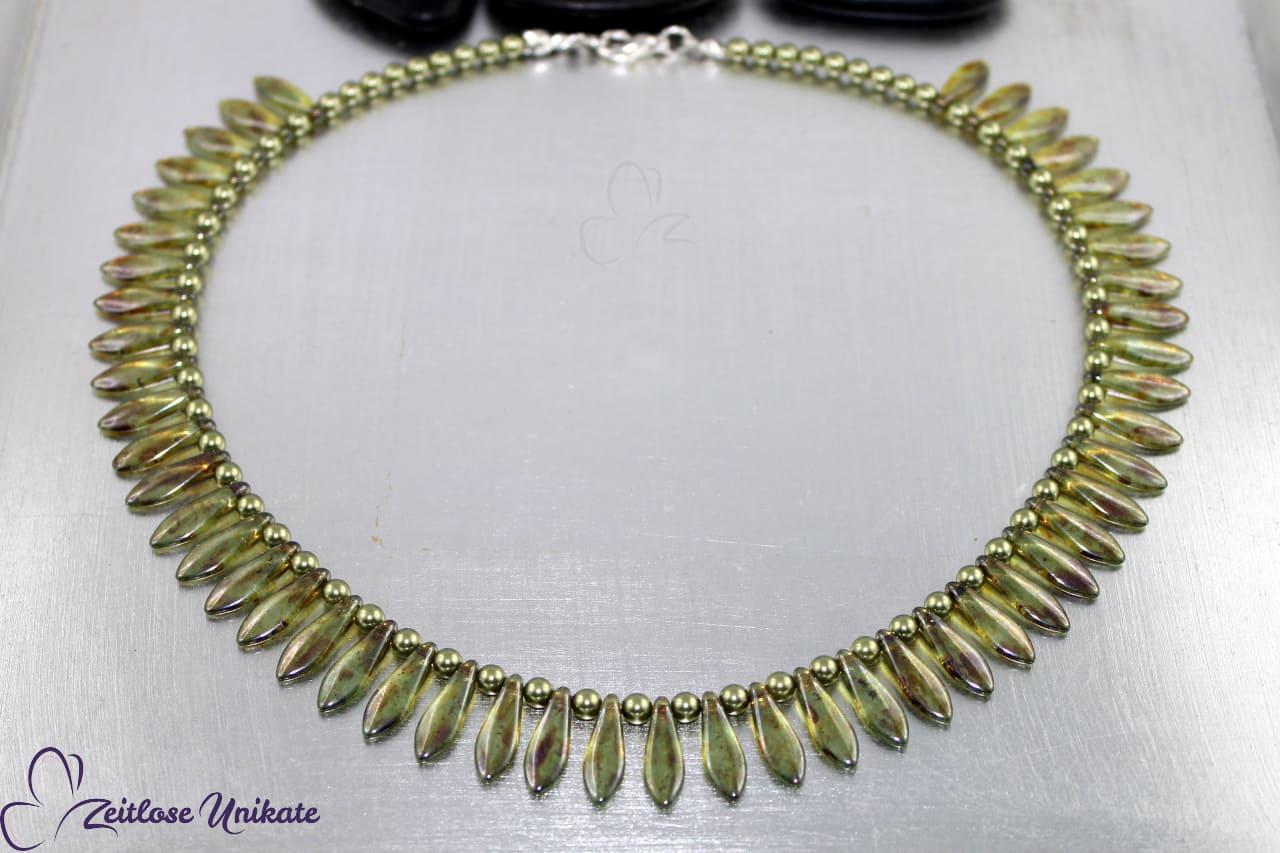 interessante Halskette in hellgrün, bräunlich