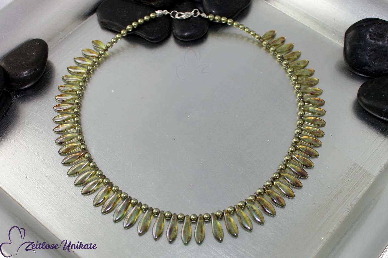 interessante Halskette in hellgrün, gelüstert