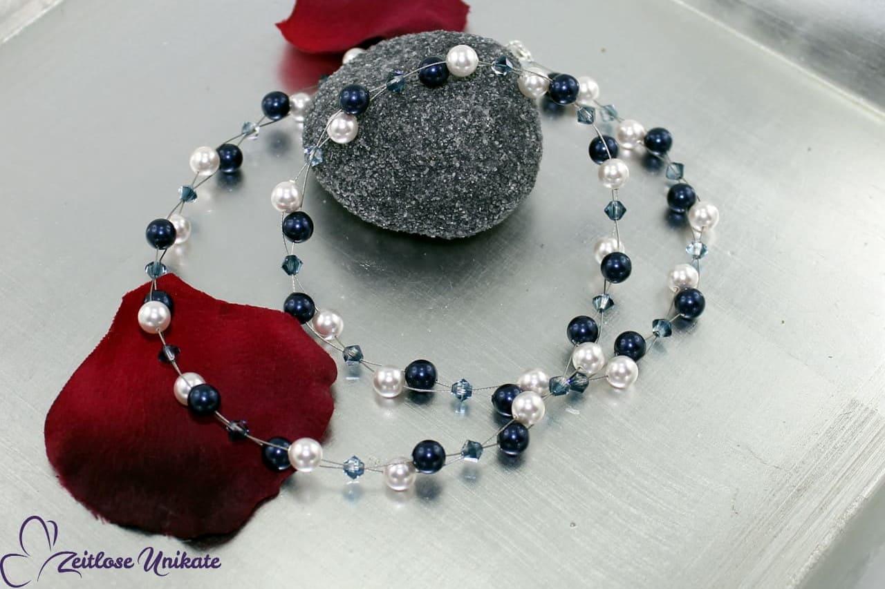 Halskette in blau und weiß mit Kristallperlen