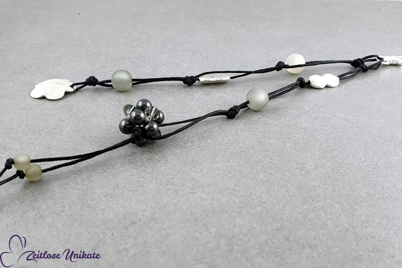 Schlüsselanhänger Blume, graue Swarovski Perlen