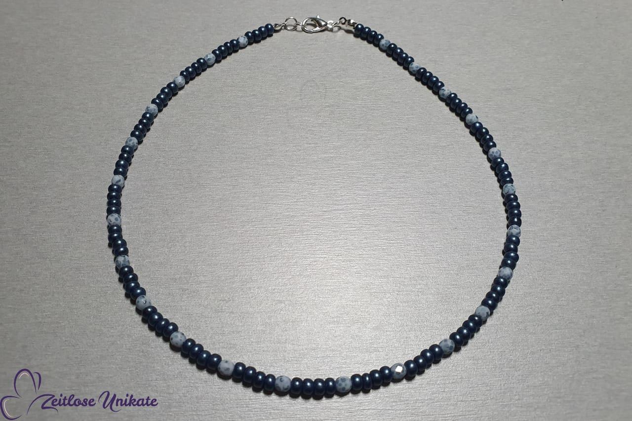 kurze Halskette aus Perlen in Jeansblau weiß, Mundschutzkette möglich