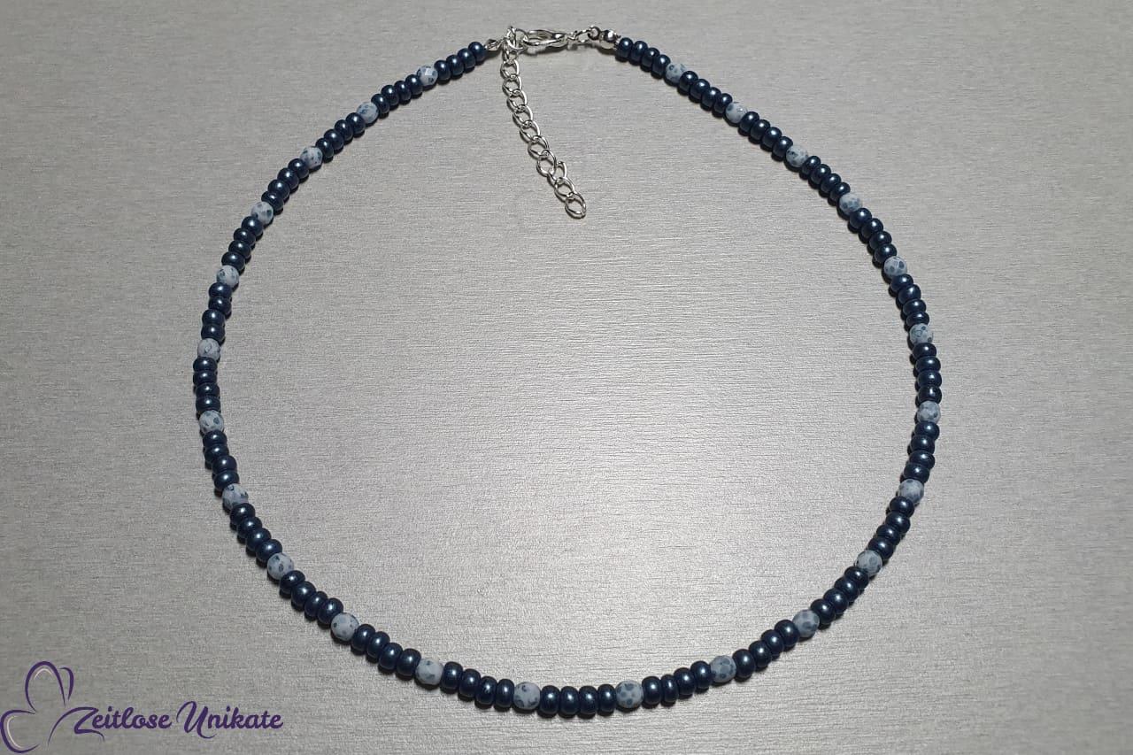 Kurze Kette mit Verlängerung Perlen Jeansblau weiß