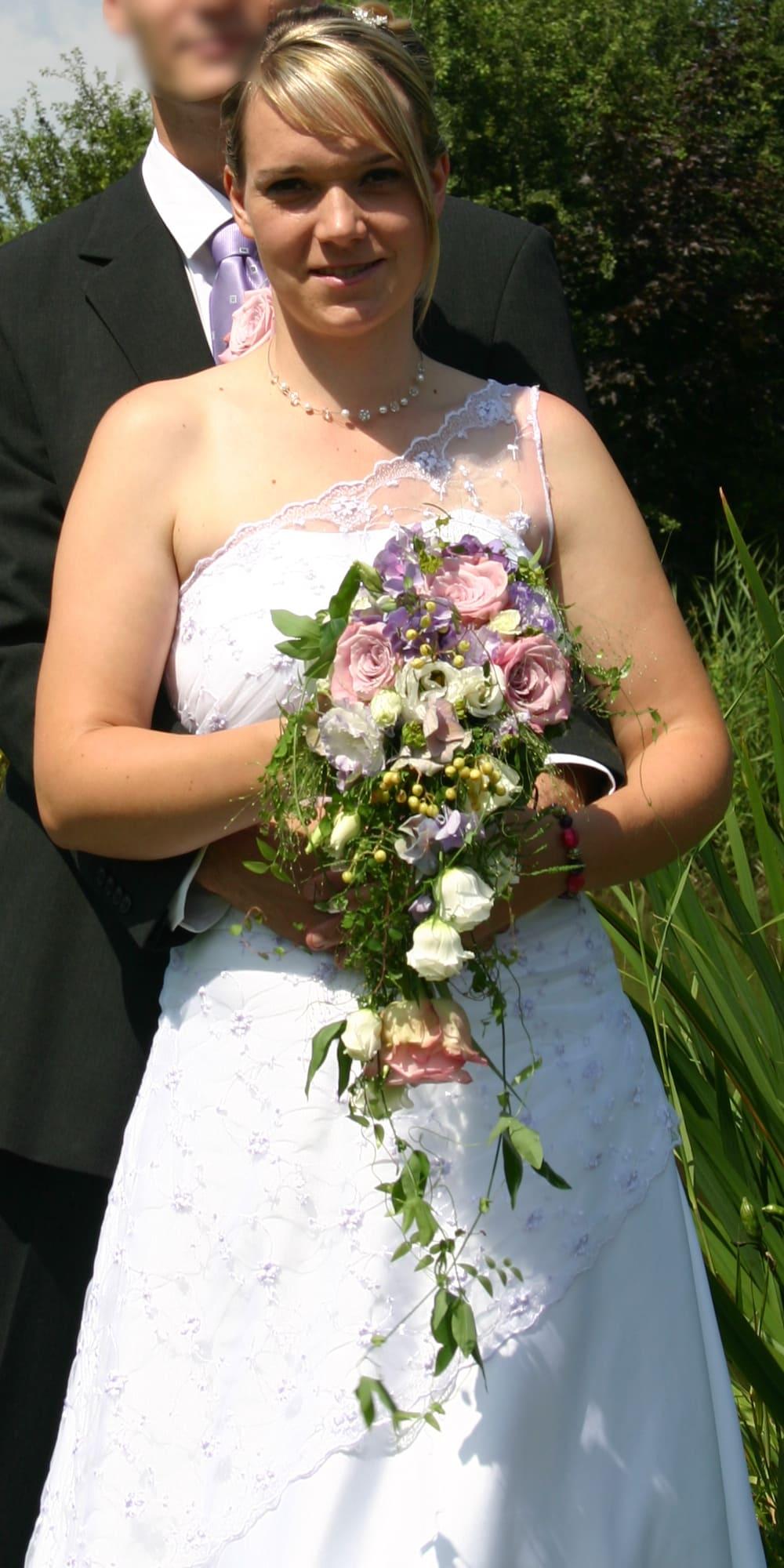 Braut Franziska mit Neckholderkette, Blume