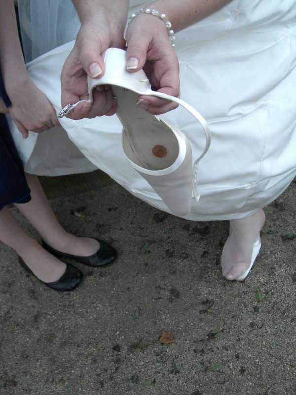Braut mit Brautarmband & Brautschuh