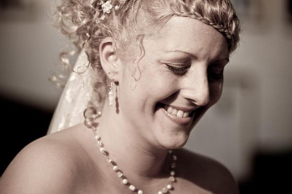 romantische Braut mit etwas funkelndem Schmuck