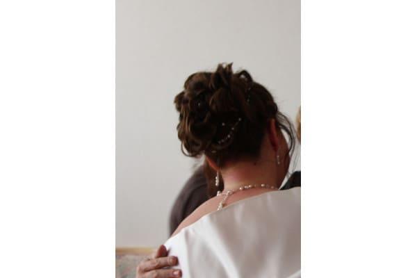 Brauthaarband in Brautfrisur eingearbeitet
