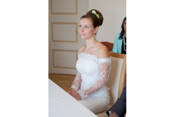 Braut mit verspieltem Schmuck, Perlen