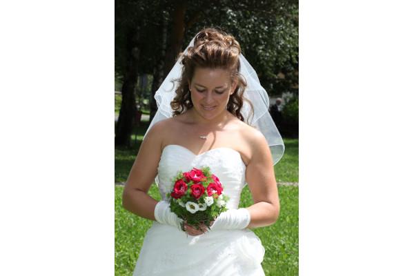Braut mit Herz-Ausschnitt und passender Kette