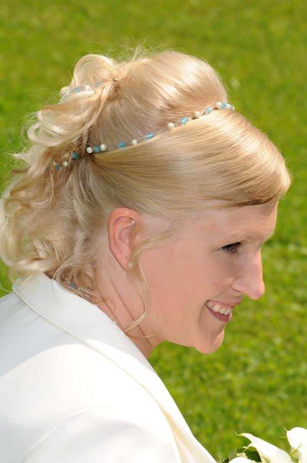 Braut mit Haarband in halboffenen Haaren