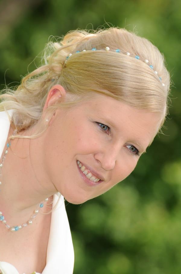 Brautfrisur mit Haarband mit blauen Perlen