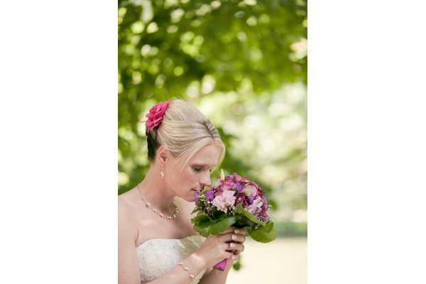 wunderschöner verträumter Brautschmuck, Neckholder Kette beim schulterfreien Hochzeitskleid