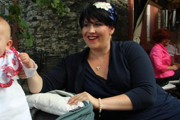Schwester der Braut, dunkelblau ivory Outfit passender Schmuck