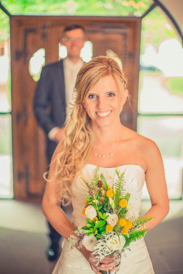 Braut Saskia mit dezentem Schmuck