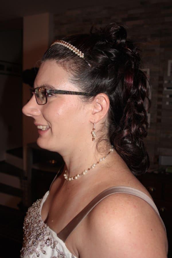 Braut Patricia mit Brautschmuck passend zum Brautkleid