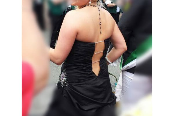 Hofdame trägt Rückenpendel, schwarzes Ballkleid