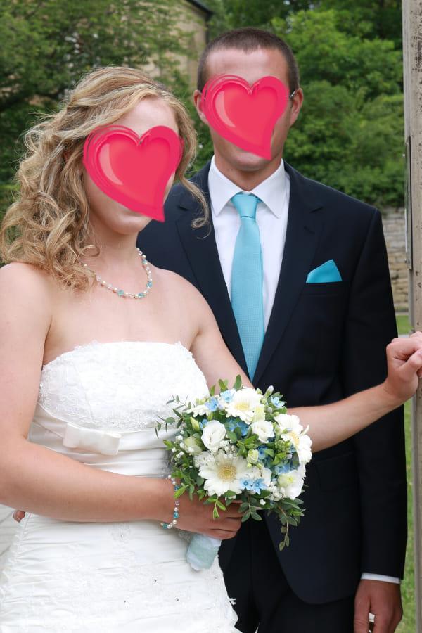 Braut Jeannette mit blauem Schmuck