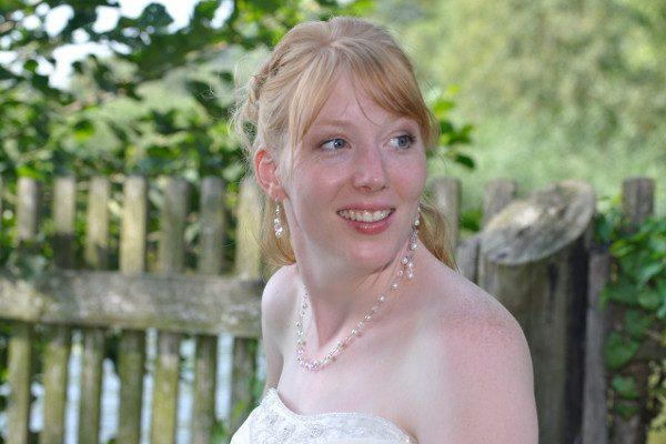Braut mit schulterfreiem Brautkleid, Kette