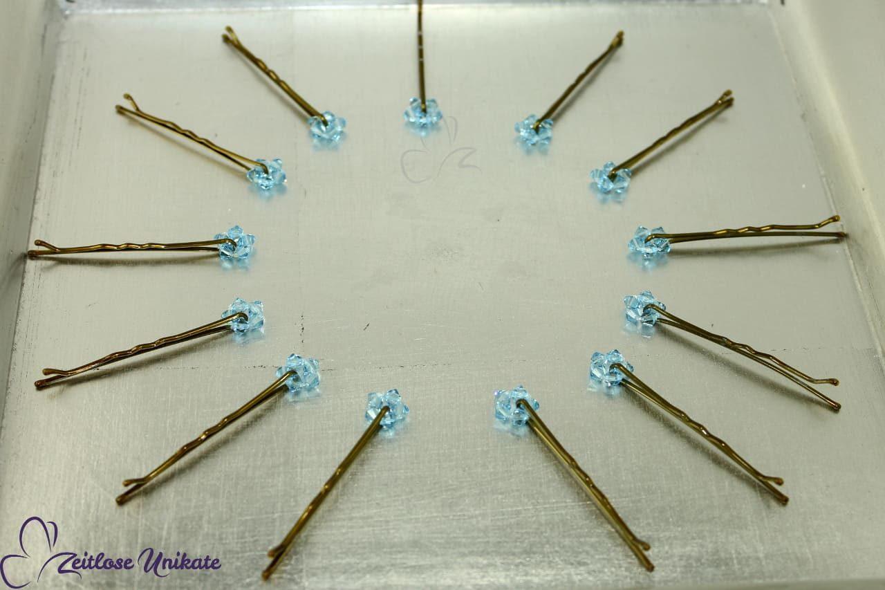 Dezent funkelnde Perlen für die schlichte Brautfrisur
